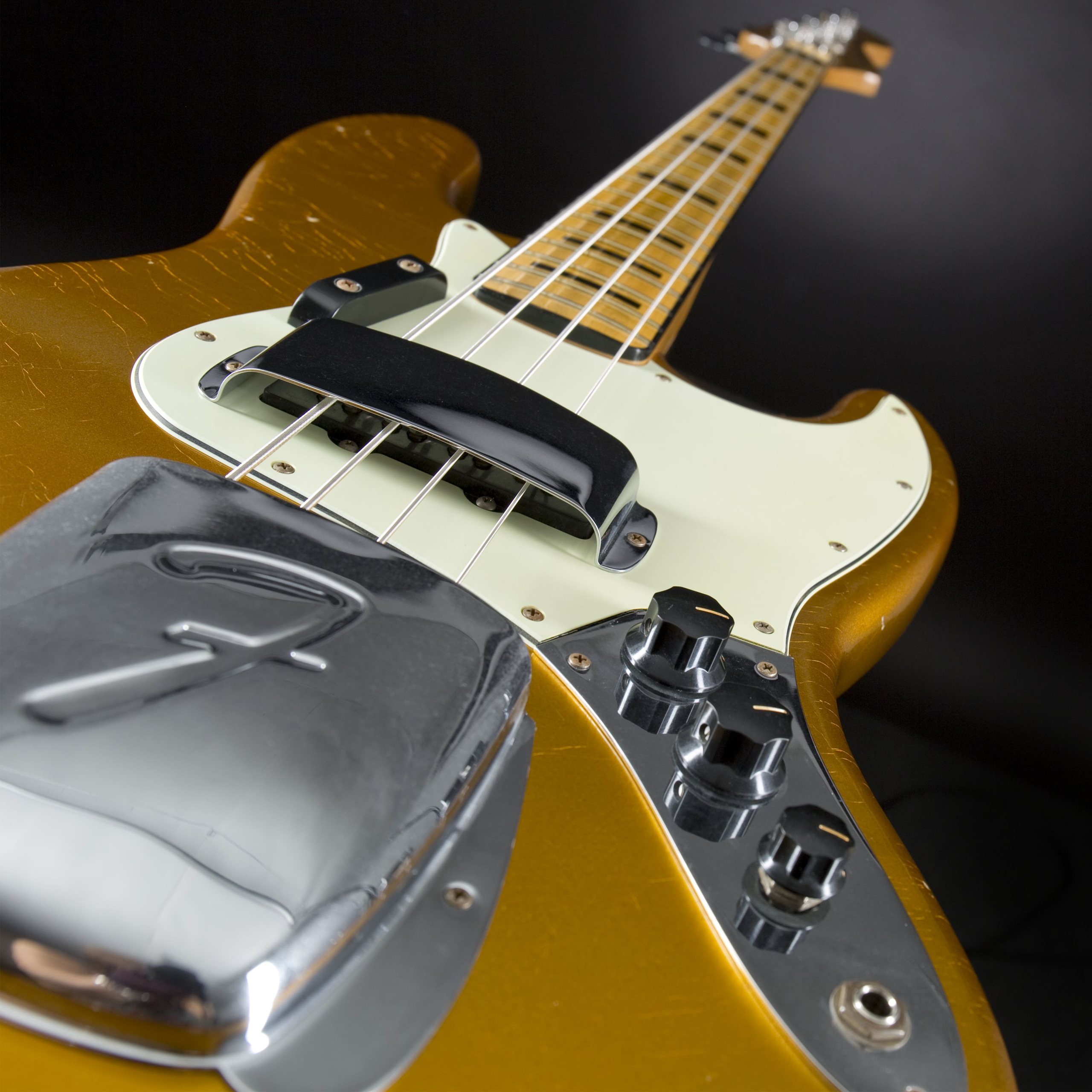 FENDER 1975 Jazz Bass Journeyman Relic Frost Gold Detail